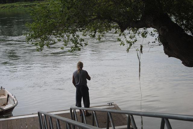 Der Angler prüft die Fischlage