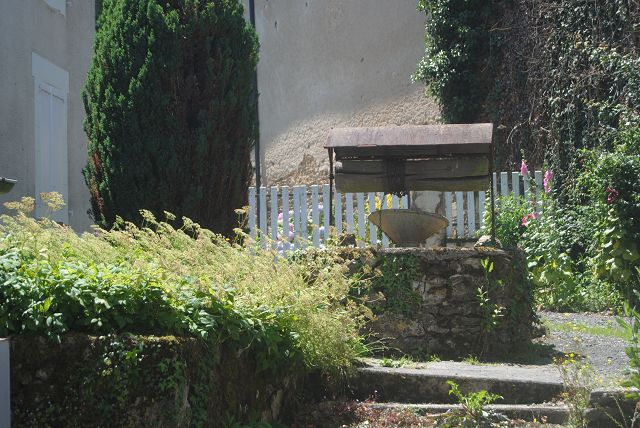 k-13_Garten mit Brunnen Arnac-Pompadour